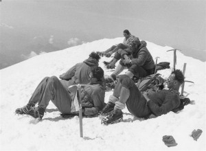 2 - Alpy, Na vrcholu Mont Blanc, 4 807m (1955)   ()   Alps On Mount Blanc, 4,807m (1955)