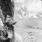 Pohoří Hindúkuš-Pákistán-Tirič Mír, Skobování v ledu  |   Hindu Kush-Pakistan-Tirich Mir Ice climbing 1967 (Photo: V. Heckel)