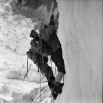 Pohoří Hindúkuš-Pákistán-Tirič Mír Lezení v ledopádu  |  Hindu Kush-Pakistan-Tirich Mir Climbing the icefall 1967 (Photo: V. Heckel)