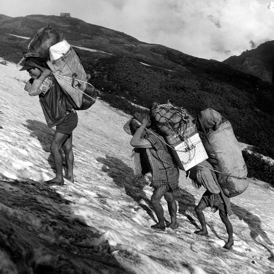Himálaj-Nepál-Makalu, Cesta nosičů po sněhu,1973, 1976  |   Himalaya-Nepal-Makalu, Carriers en route on snow, 1973, 1976